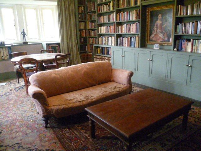 tregarden holiday home in Cornwall with a library