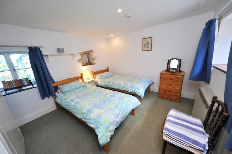 Little Bosvarren holiday cottage twin bedroom